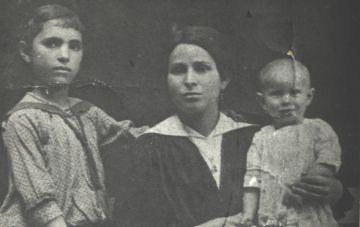 Joe and Bernie K's family circa 1910s – mother Chana on left