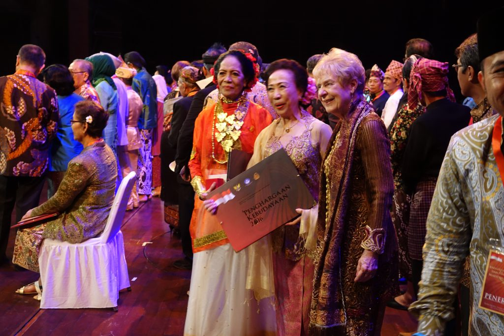 Margaret Kartomi (right) in traditional Lampung-Indonesian costume with two Indonesian choreographer-awardees holding her cultural award at the ceremony in Jakarta Theatre