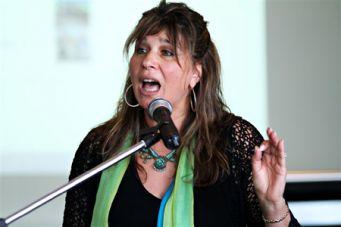 Freydi Mrocki singing at the launch